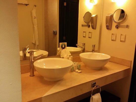 Sandos Caracol Eco Resort: Bathroom basins