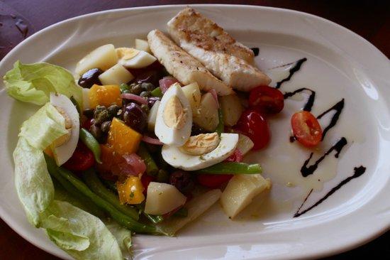 Victoria House: Niçoise Salad... fresh Grouper, green beans,hard boiled egg, potatoes...