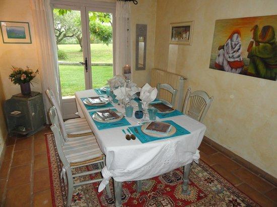 Le Mas des Oliviers : Salle à manger-table d'hôtes