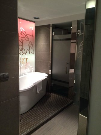 Carlton Hotel: Bathroom 304