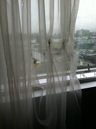 Radisson Hotel Vancouver Airport: torn and knotted sheers in room
