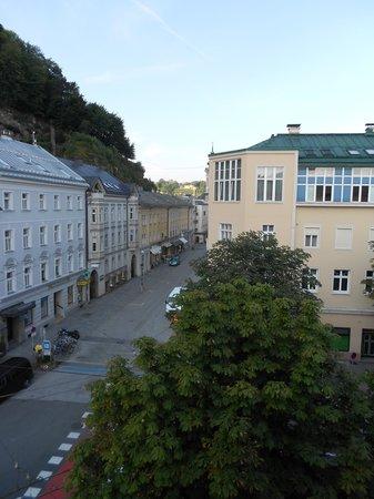 Hotel Hofwirt Salzburg: Room View of Pedestrian Walk