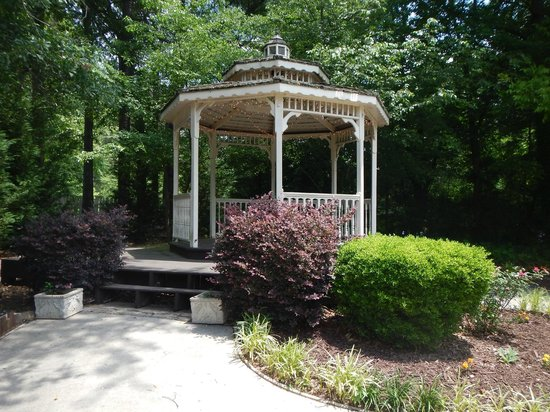 The Magnolia Thomas Restaurant: A cool gazebo out back...