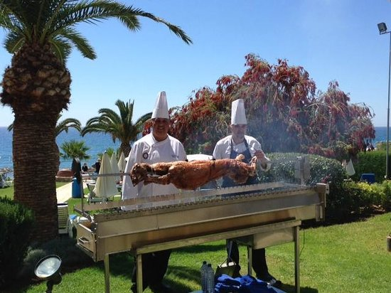 Mediterranean Beach Hotel: Sea, sun and fine food, what else !