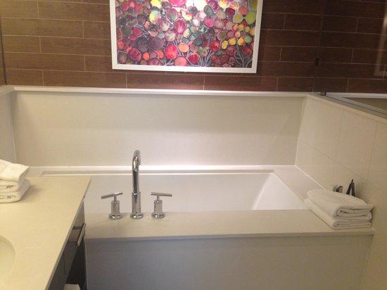 City Loft Hotel: beautiful bathroom, big tub for relaxation