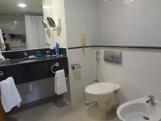 Swiss-Belhotel Sharjah : комната гигиены