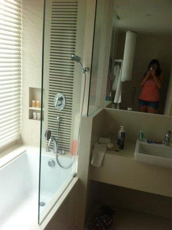 Sukhumvit 12 Bangkok Hotel & Suites: Business suite bathroom. Very large bath. Rain shower