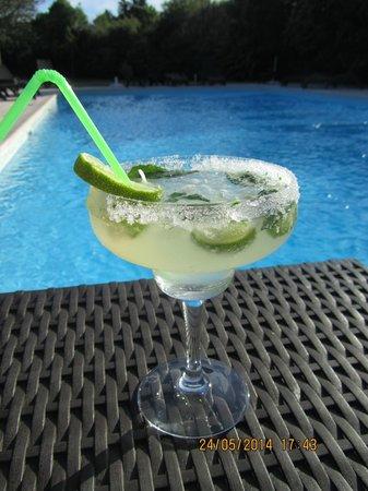 Hôtel Restaurant La Ferme : Un cocktail autour de la piscine
