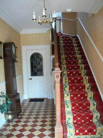 The Castle Country House B&B: Front hallway & stairs