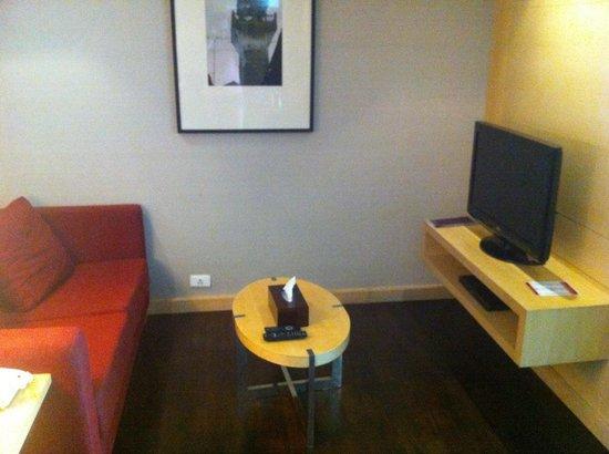 Sukhumvit 12 Bangkok Hotel & Suites : Business suite. Living area
