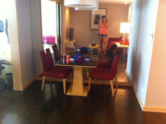 Sukhumvit 12 Bangkok Hotel & Suites : Business suite. Dining area