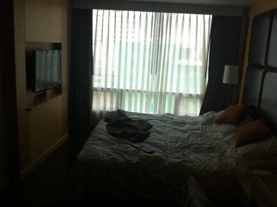 Sukhumvit 12 Bangkok Hotel & Suites : Business suite. Bed area