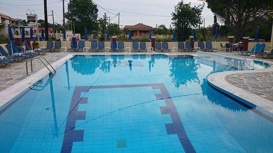 Sunshine Apartments: Pool