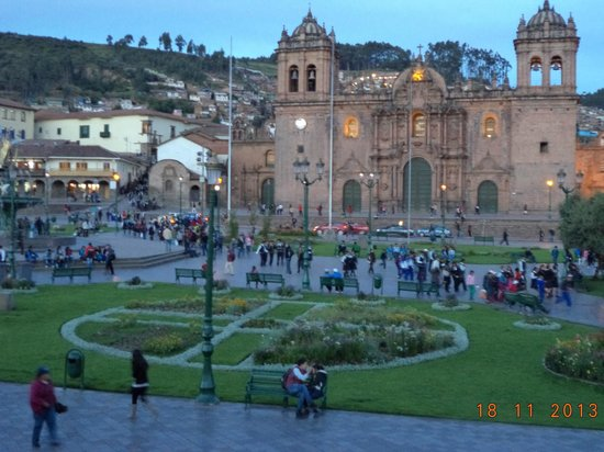 Centro Historico De Cusco: Plaza Central o de Armas, Al frente la Catedral de Cusco.