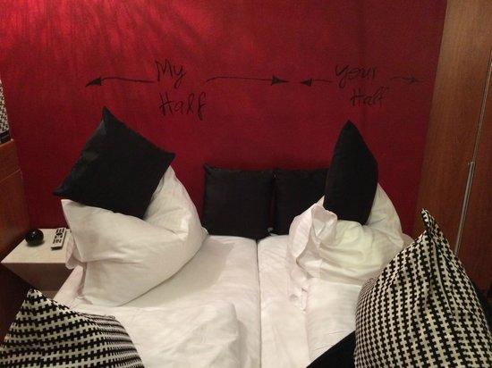 Hotel Falkenturm: Una habitacion donde casi no es posible moverse sin patear algo