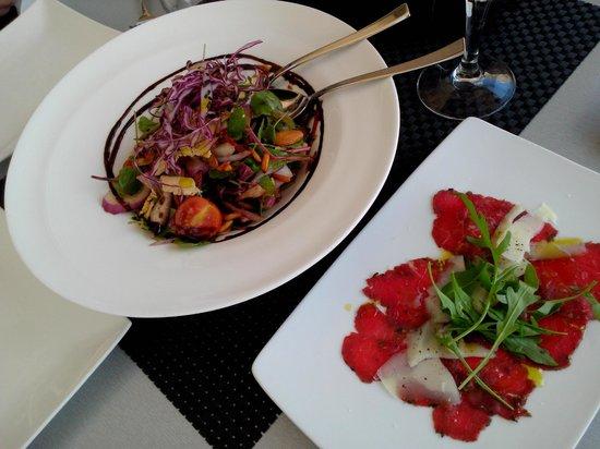 Bakus: Raw beef and rustic salad