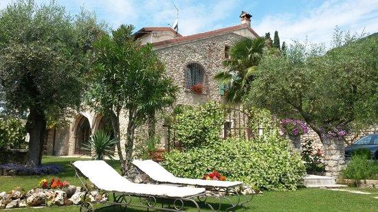La Vera del Pozzo Charme e Relax : La casa vista dal giardino
