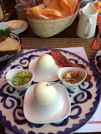 Nayara Resort Spa & Gardens: Breakfast is served!