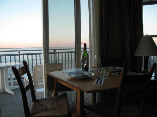 The Beachmere Inn : Romantic in-room dining!