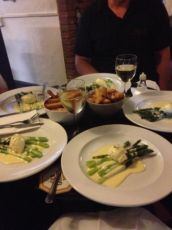 The Jolly Farmers Inn: Seasonal starter - Asparagus with poached egg and Hollandaise sauce - delicious!