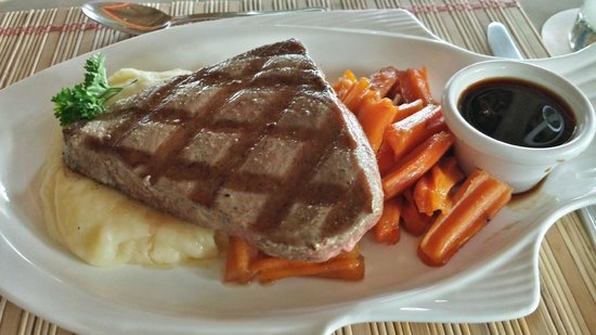 Alma del Pacifico Beach Hotel & Spa : Grilled Tuna with Mashed Potatoes and Ginger Carrots
