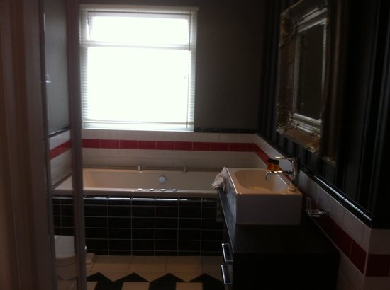 Antico Boutique Hotel: Nice bathroom complete mismatch to bedroom