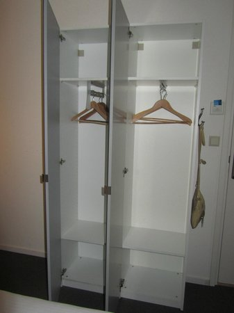 H2OTEL Rotterdam: Просторный шкаф