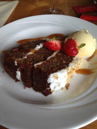 Pier Brasserie: Carrot cake with vanilla icecream