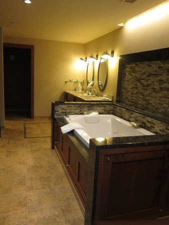 Seneca Allegany Resort & Casino: jacuzzi / bathroom