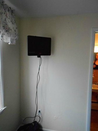 Simmons Motel and Suites : The smallest flat screen in existence.