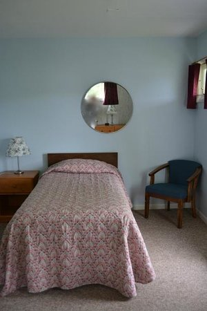 Terrace Motor Inn: Room with two double beds and one twin bed