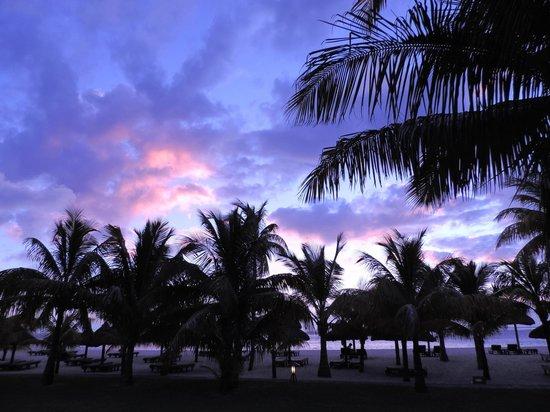 Dinarobin Beachcomber Golf Resort & Spa : Spiaggia al tramonto