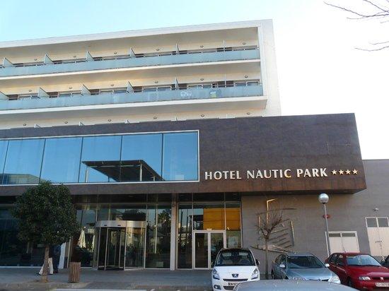 FERGUS Style Nautic Park SPA: entrée hotel