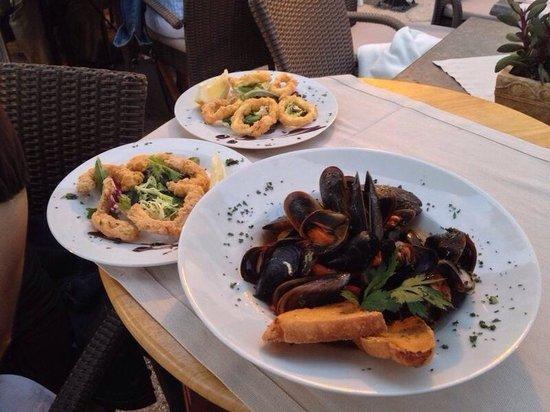 Osteria Del Porto: Antipasti vari con pane bruscato e fritto ... Mai mangiato .... Che buoni!!!