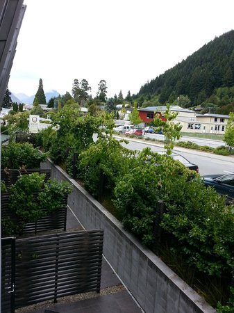 Queenstown Park Boutique Hotel: Street view from room balcony