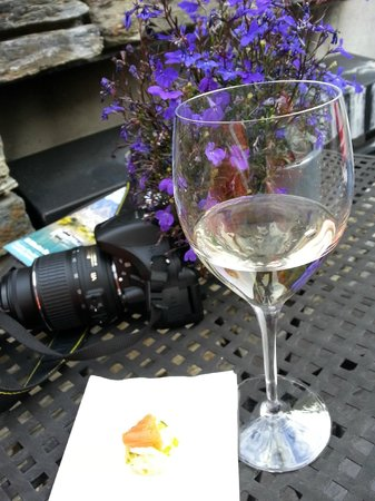 Queenstown Park Boutique Hotel: Wine and canape time!