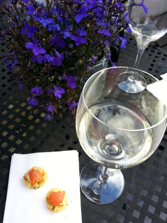 Queenstown Park Boutique Hotel: Delicious white NZ wine...