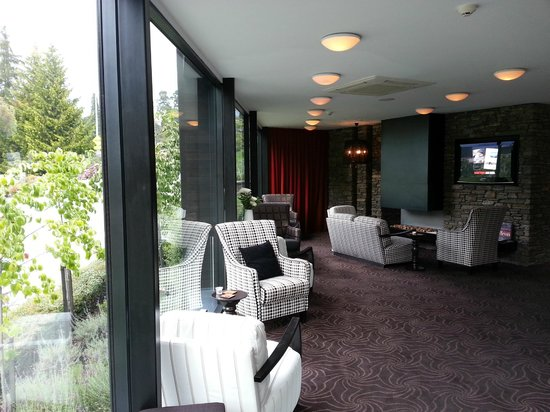 Queenstown Park Boutique Hotel: Relaxing lobby area