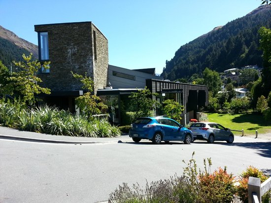 Queenstown Park Boutique Hotel: Street hotel view