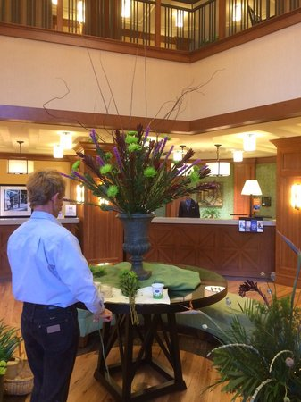Hampton Inn & Suites Saratoga Springs Downtown : Lobby flowers