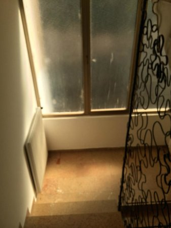 Arts Hotel: corridors in the hotel splashed with paint and not cleaned