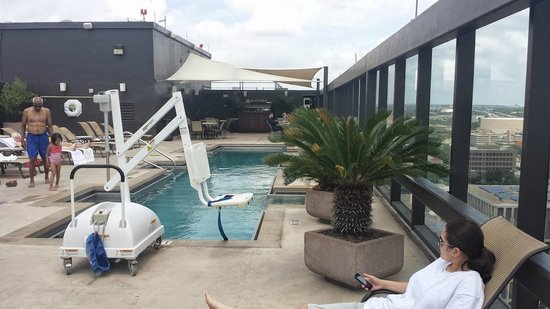 Omni Austin Hotel Downtown: Small but nice pool area. Equipped with a lift for handicapped people.