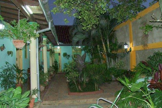 Hostal Buen Viaje : Le patio le soir