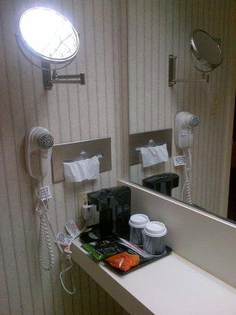 LaGuardia Plaza Hotel - New York: Badezimmer mit Kaffeemaschine