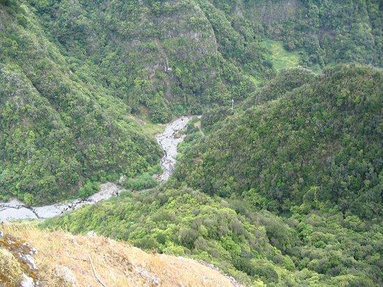 Miradouro Pico Dos Barcelos: une des vues du mirador ou l on apercoit sur la ligne Levada