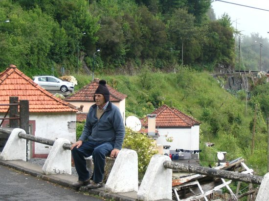 Miradouro Pico Dos Barcelos: Un vrai Madeiran qui entretenait les Levadas autrefois authentique