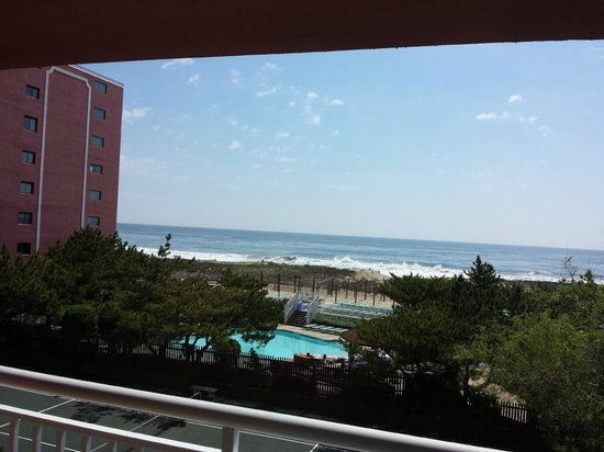 Holiday Inn Ocean City: 3rd floor view (pool and tennis courts before the ocean)