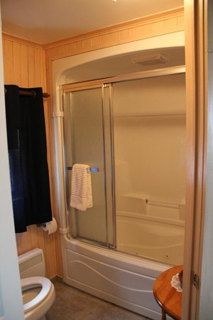 Gite A la Revasse : La salle de bain
