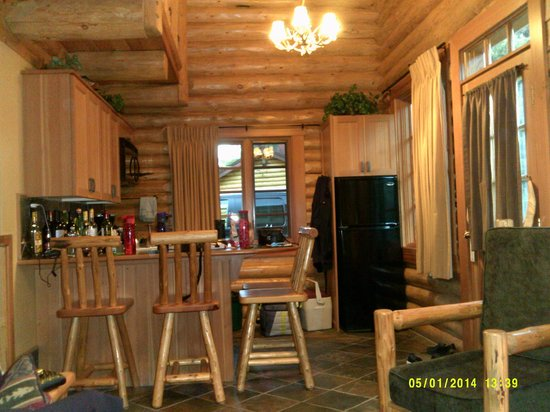 Alpine Village Cabin Resort - Jasper: Kitchen