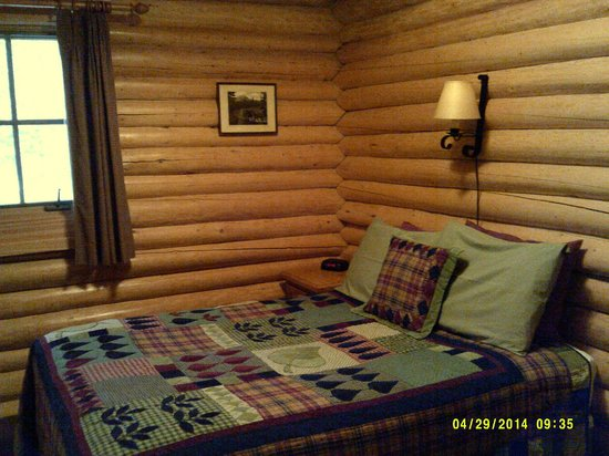 Alpine Village Cabin Resort - Jasper: Downstairs Bedroom with Double Bed